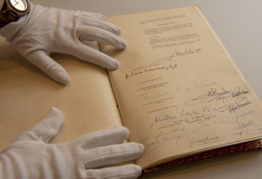 Ejemplar orginal de la Constitución de 1978 y su reforma de 1992 en el archivo del Congreso de los Diputados Madrid