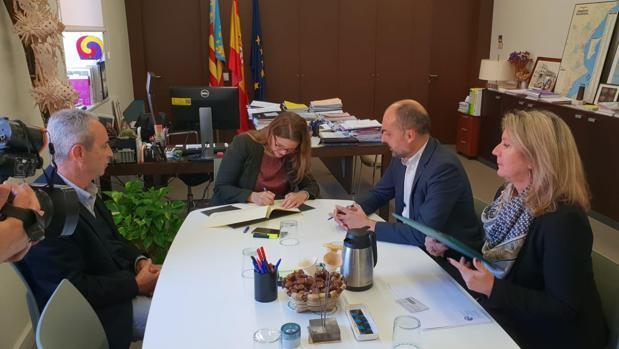 Firma del convenio entre la consellera Elena Cebrián y el presidete de Riegos de Levante, Javier Berenguer