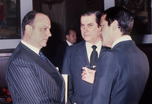 Manuel Fraga conversa con Alfonso Osorio y el presidente del Gobierno, Adolfo Suárez