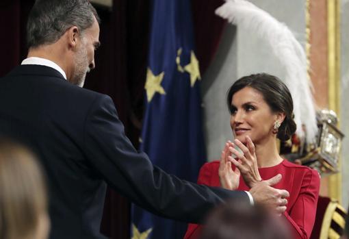 Don Felipe junto a la Reina Letizia, ayer en el hemiciclo del Congreso