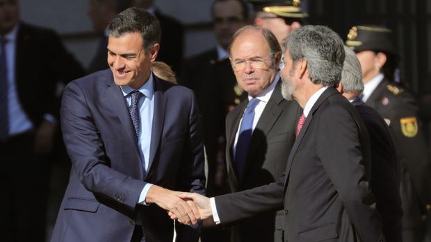 El presidente del Gobierno, Pedro Sánchez, saluda al presidente del Tribunal Supremo, Carlos Lesmes
