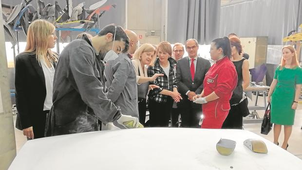 La primera dama alemana, Elke Büdenbender (en el centro), visitando un centro donde se imparte FP dual