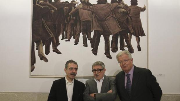 Genovés, en el centro, el día que su obra, «El Abrazo», fue colocada en el Congreso