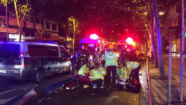 Los servicios sanitariso intentan recuperar al motorista que sufrió un accidente en Madrid
