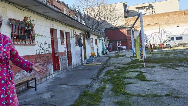 Una comunidad de vecinos okupa en el hist rico campo de - Puerta bonita espana ...