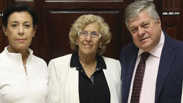 Carmena junto a los padres de Leopoldo López en junio de 2017