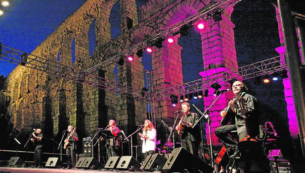 El Mester, en una de sus actuaciones a los pies del Acueducto de Segovia
