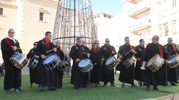 Las autoridades políticas tocan el tambor en la localidad de Hellín
