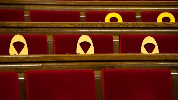 Lazos amarillos en el Parlamento catalán