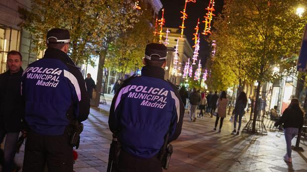 Dos agentes vigilan la calle del Arenal