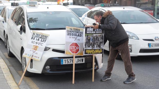 """Seis organizaciones profesionales del sector del taxi celebran una concentración para reclamar una legislación """"clara y justa"""" del sector de los vehículos de alquiler con conductor (VTC)"""