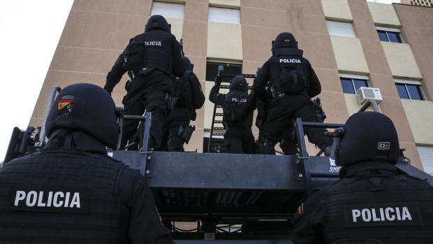 Un grupo de geos asalta un edificio con rehenes (durante un simulacro en su sede)