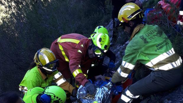 Efectivos de Bomberos rescatan a un ciclista en Ontinyent, el pasado domingo