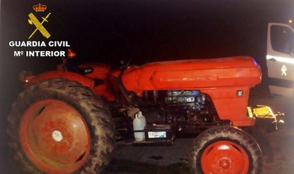 Imagen facilitada por la Guardia Civil del tractor que conducía el denunciado