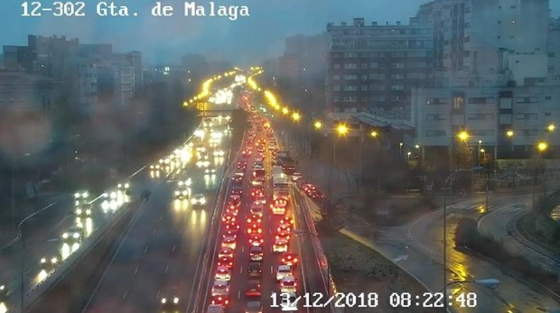 Atasco kilométrico junto a la glorieta de Málaga, en la avenida de Andalucía