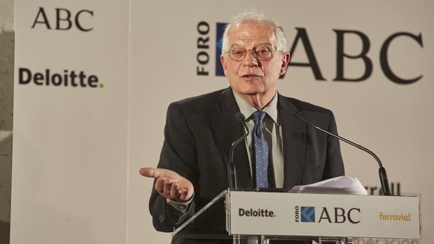 Borrell, el ministro español que lleva «entourage» en lugar de séquito