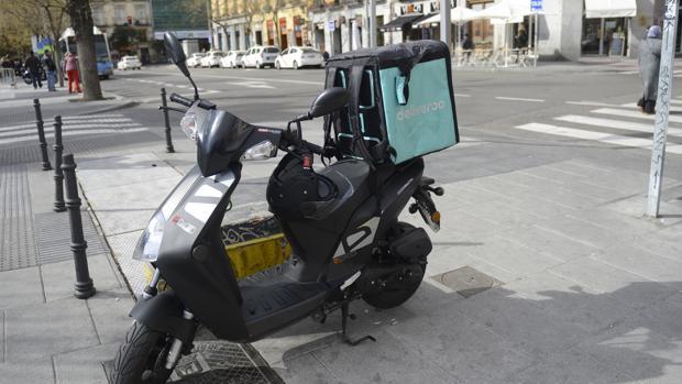 Imagen de archivo de una de las motos de un repartidor de Deliveroo