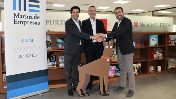 Mark El-Khoury, director general de Nestlé Purina PetCare España, Javier Jiménez, director general de Lanzadera, y Xavier Pérez, director de marketing de Nestlé Purina PetCare España.