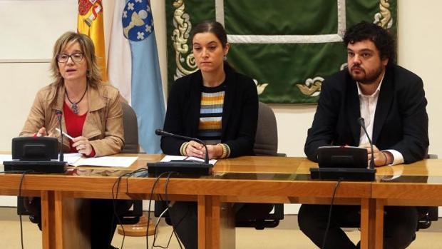 Los tres portavoces de sanidad de la oposición, Montse Prado (i), Eva Solla y Julio Torrado, este jueves en el Parlamento