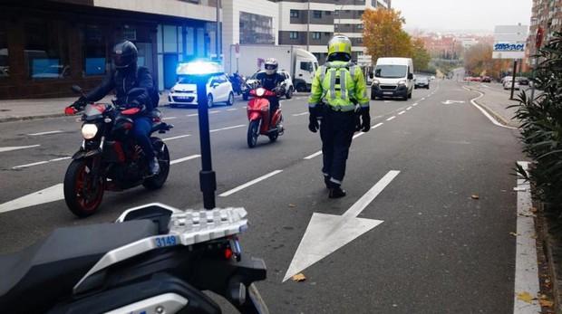 Un agente de la Policía Municipal controla el acceso a la almendra central en Conde Casal el pasado miércoles