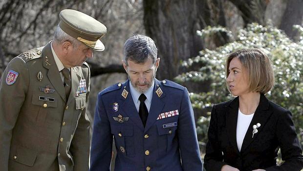 El exjefe del Estado Mayor del Ejército Fulgencio Coll, con el exjefe del Estado Mayor de la Defensa Julio Rodríguez y la exministra de Defensa Carme Chacón