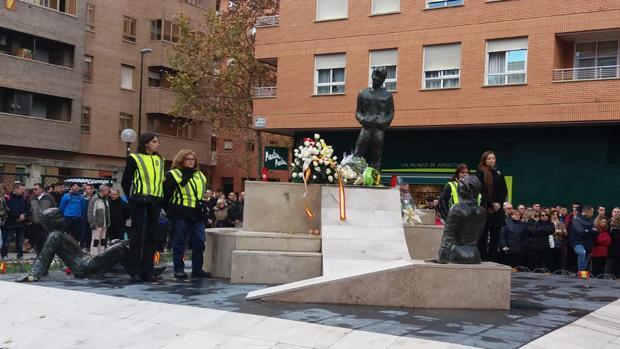 Al término de la marcha se ha realizado una ofrenda floral ante el monolito que recuerda a las víctimas