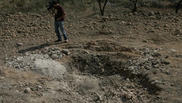 Imagen del cráter que dejó la explosión de la furgoneta bomba colocada por ETA