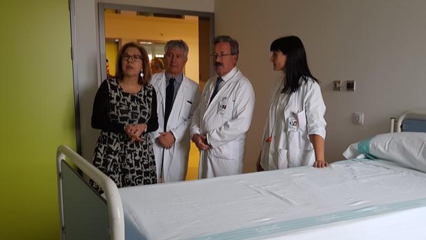 La consejera aragonesa de Sanidad, Pilar Ventura (izquierda) ha visitado la nueva unidad de hospitalización psiquiátrica habilitada en el Hospital Miguel Servet