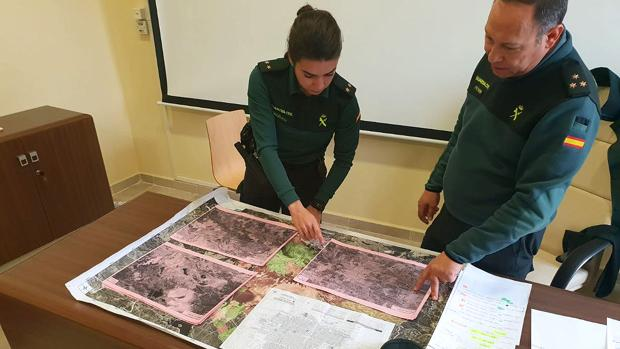 Responsables de la Guardia Civil analizan los mapas del terreno