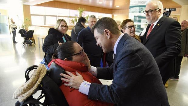 El presidente Page saluda a una paciente en el hospital de Manzanares