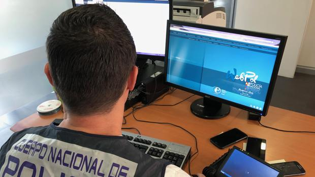Un investigador de la Policía Nacional consultando internet