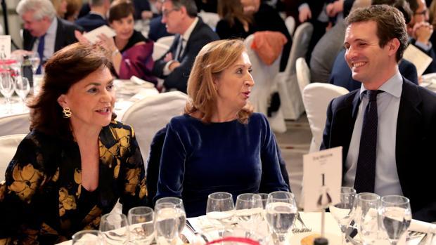 Carmen Calvo, Ana Pastor y Pablo Casado durante la entrega de premios de la Asociación de Periodistas Parlamentarios