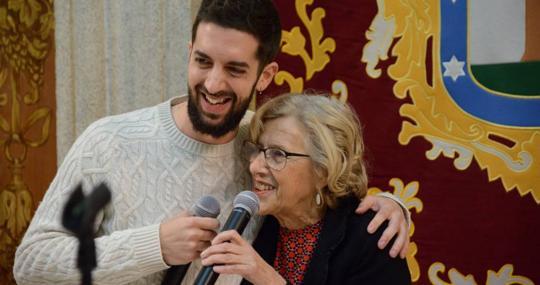 El humorista David Broncano y la alcaldesa Manuela Carmena, ayer, durante el discurso de la copa de Navidad