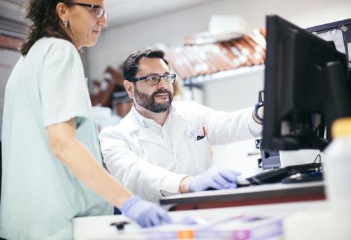 El doctor Eduardo López Granados, inmunólogo de La Paz, dirige el proyecto de monitorización en niños trasplantados