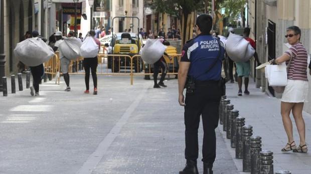 Un grupo de manteros se retira al presentarse la Policía Municipal