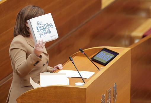 Isabel Bonig, con la caja de uvas y deseos durante su discurso