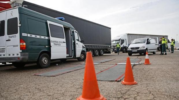 Control de tráfico de la Guardia Civil a camiones y otros vehículos