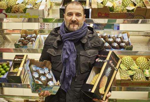 Miguel Romero muestra una selección de frutas exóticas importadas por avión