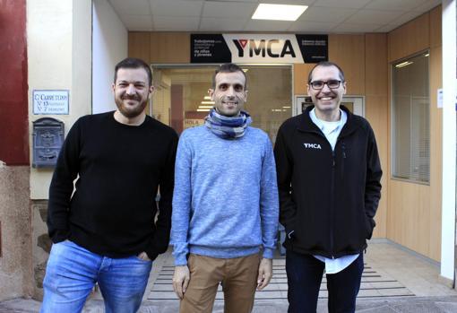 Daniel Jiménez, en el centro, junto a otros dos trabajadores de YMCA