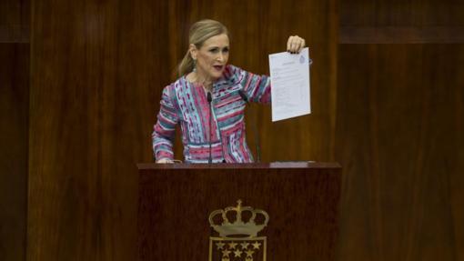 Cifuentes trata de defenderse de las acusaciones en la Asamblea de Madrid