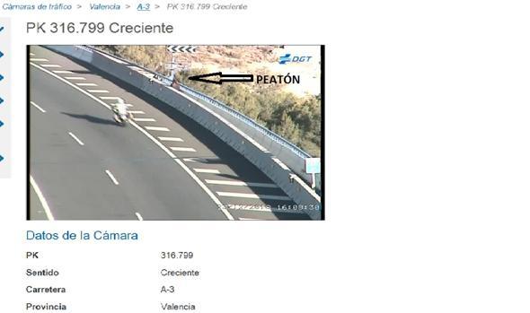 Imagen captada por las cámaras de tráfico de la mujer en la barandilla del viaducto