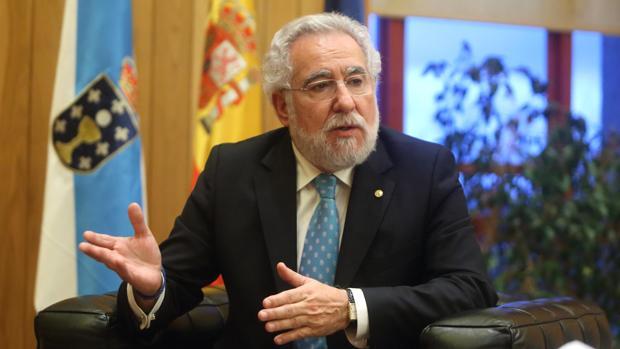 El presidente del Parlamento de Galicia, Miguel Santalices, durante su conversación con ABC