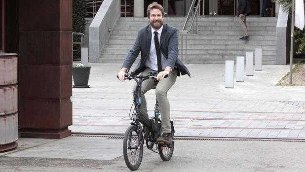 Javier Barrado, la pasada semana sobre una bicicleta, sale de la Consejería de Fomento, donde trabaja