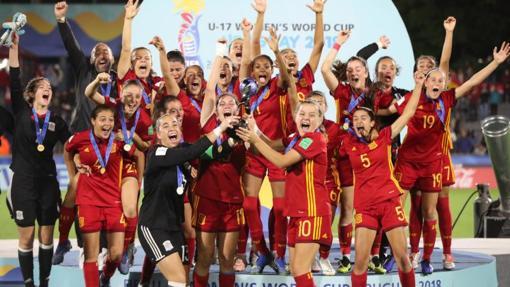 Las chicas de la sub 17 recogiendo el trofeo de campeonas del mundo en Uruguay