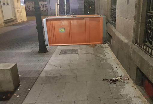 En ocasiones vuelcan los urinarios sobre la acera, obligando a los peatones a bordearlos