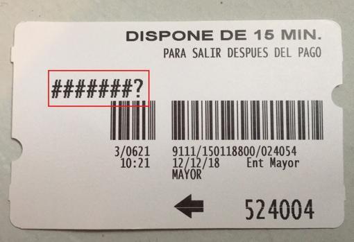 Sobre estas líneas, recuadrado con rojo, la señal de una tarjeta del parking de Plaza Mayor que no ha registrado la matrícula del usuario