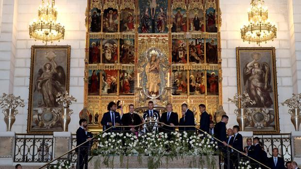 El Real Madrid en la catedral de la Almudena después de ganar la 13º Copa de Europa
