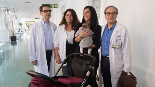 La paciente, María José Ortega, con su bebé en brazos y el equipo de ginecólogos que ha hecho posible su embarazo