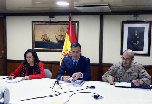 Sánchez, junto a Robles, y el general Fernando Alejandre durante el tradicional mensaje navideño a las tropas españolas el día 24
