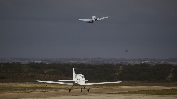 Dos avionetas despegan en el aeródromo de Casarrubios
